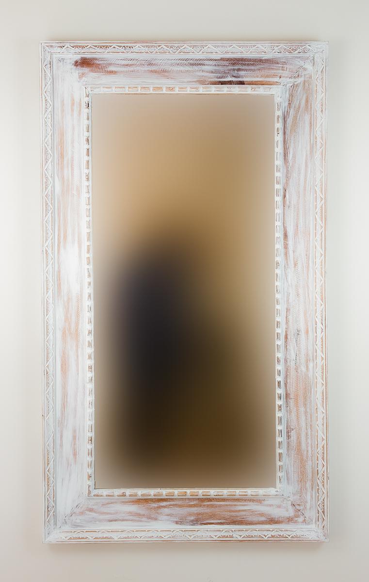 Espejo de pared en madera kuping celeng blanco envejecido for Espejos decorativos blancos