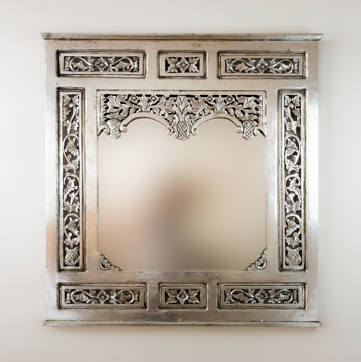 Espejo decorativo de pared en madera nanas teca plata for Espejo pared plata