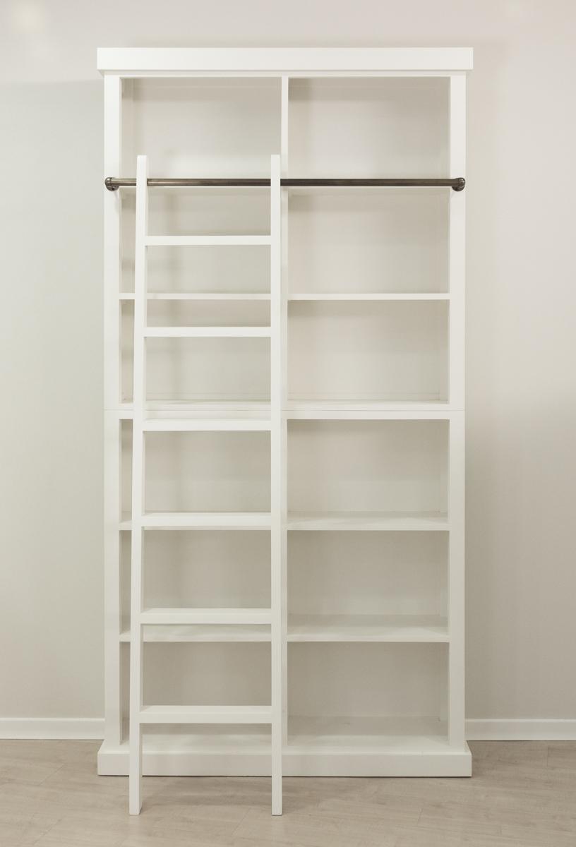 Librer a cl sica de madera blanca con escalera decorativa for Escalera libreria
