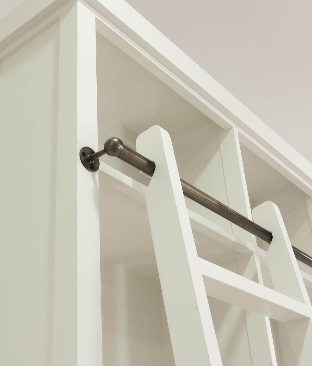 Librer a cl sica de madera blanca con escalera decorativa - Librerias con escalera ...