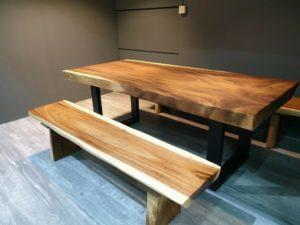 Bancos cBancos con mesa de suaron mesa de suar