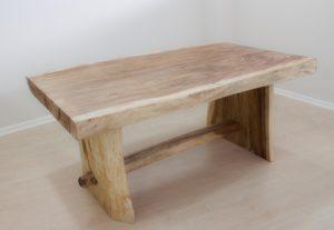 Mesa de madera de suar