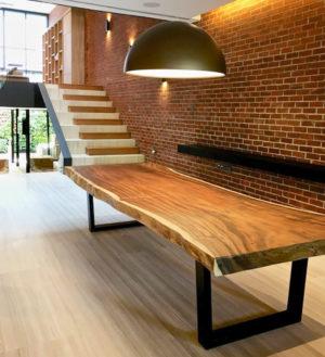 Mesa rústica de madera maciza de Suar