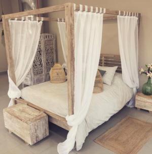 Cama de estilo balines en madera de teca y decapado blanco