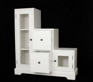 Mueble escalera de madera en blanco