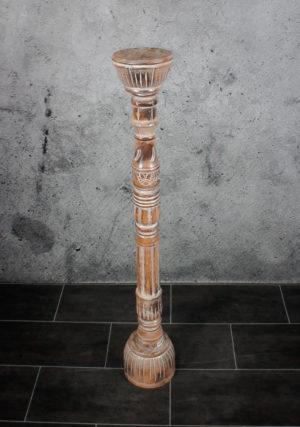 Candelabro de suelo alto de madera y decapado