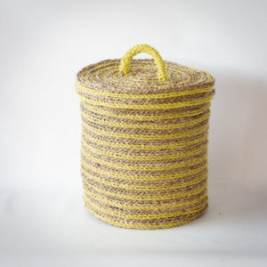 Cesto pequeño con tapa en amarillo y natural