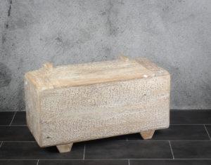 Baúl antiguo de madera de teca con blanco decapado
