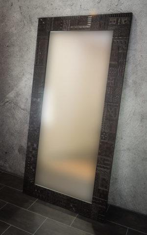 Espejo grande con tallado decorativo étnico en madera