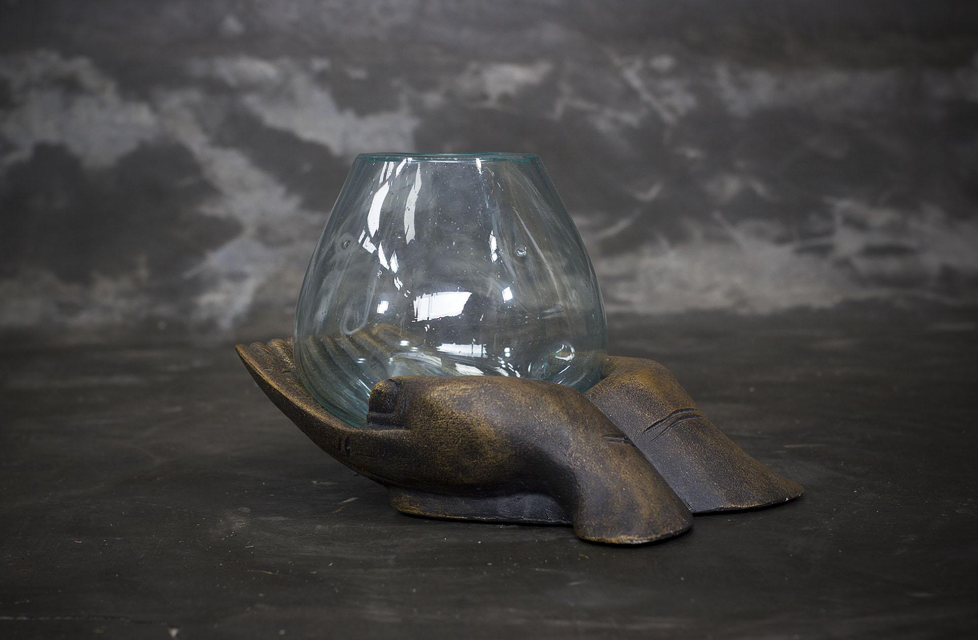 Manos decorativas cerámicas con recipiente de vidrio