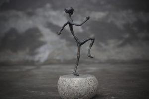 Figura e metal y piedra natural hecha a mano