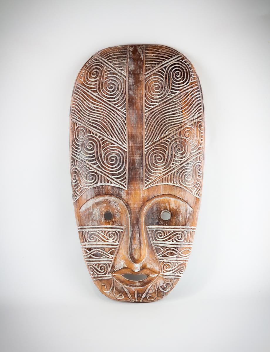 Máscara étnica decorativa tallada en madera de forma artesanal de 60cm. MiRococo