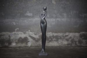 Figura escultura mujer decorativa en piedra negra de 72cm