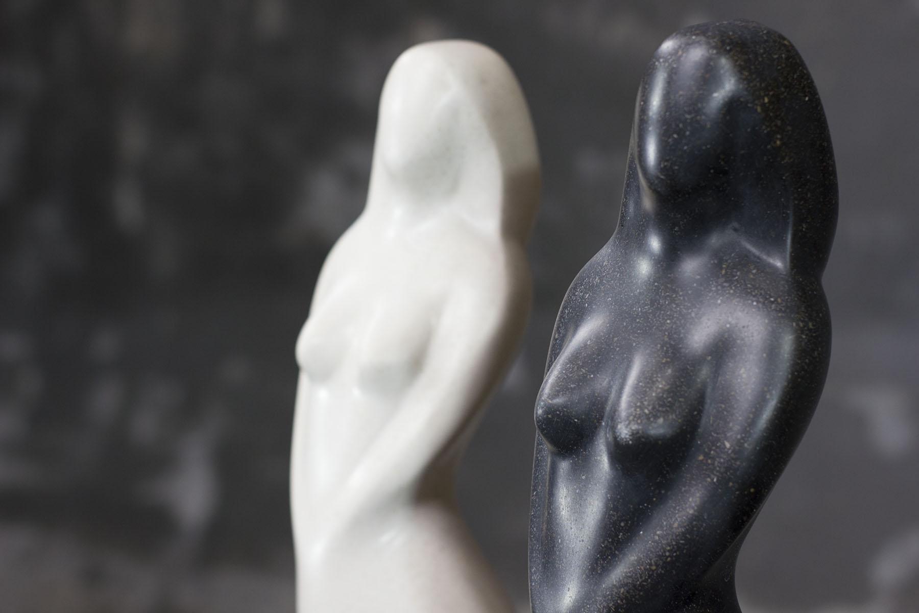 Figura de mujer realizada en piedra