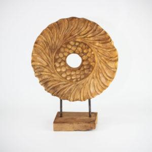 Figura decorativa étnica con pedestal tallada en madera de teca de 40x30x10cm aprox.
