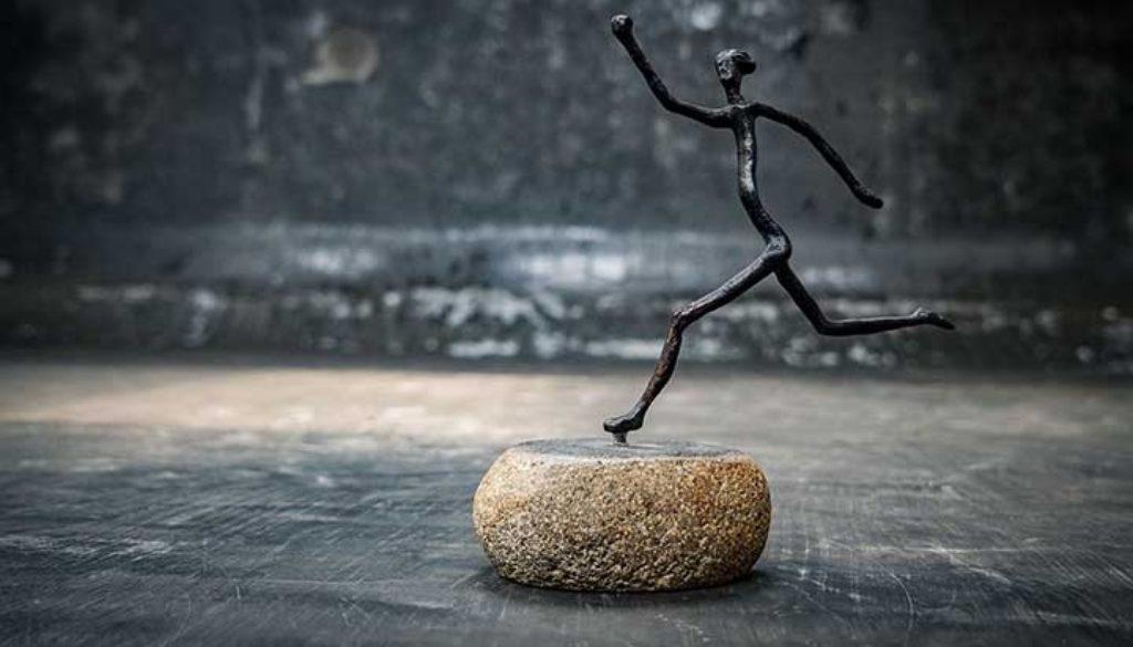 Figura original bronce sobre piedra de rio