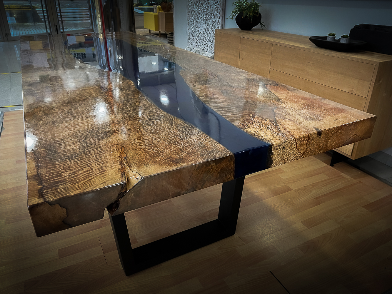 Mesa madera de mango con epoxy azul