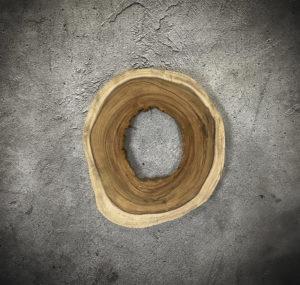 Pieza redonda decorativa de tronco de Suar con agujero central de 69x52x7cm