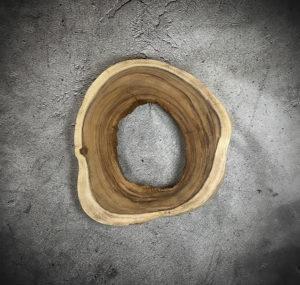 Pieza redonda decorativa de tronco de Suar con agujero central de 70x66x7cm