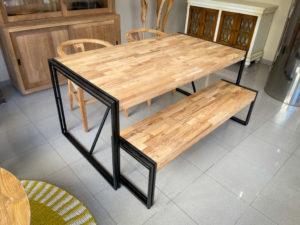 Mesa comedor de madera mosaico de teca y hierro de 160x90x78cm.