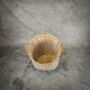 Cesto en blanco y natural con asa de cuerda de 45x54cm