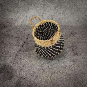 Cesto en blanco-negro-natural con asa de cuerda de 38x26cm