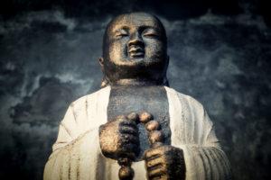 Figur monje Shaolin sobre piedra de 100cm de alto