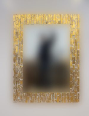 Espejo decorativo de madera Catak Bendy de 120x90 en blanco y pan de oro